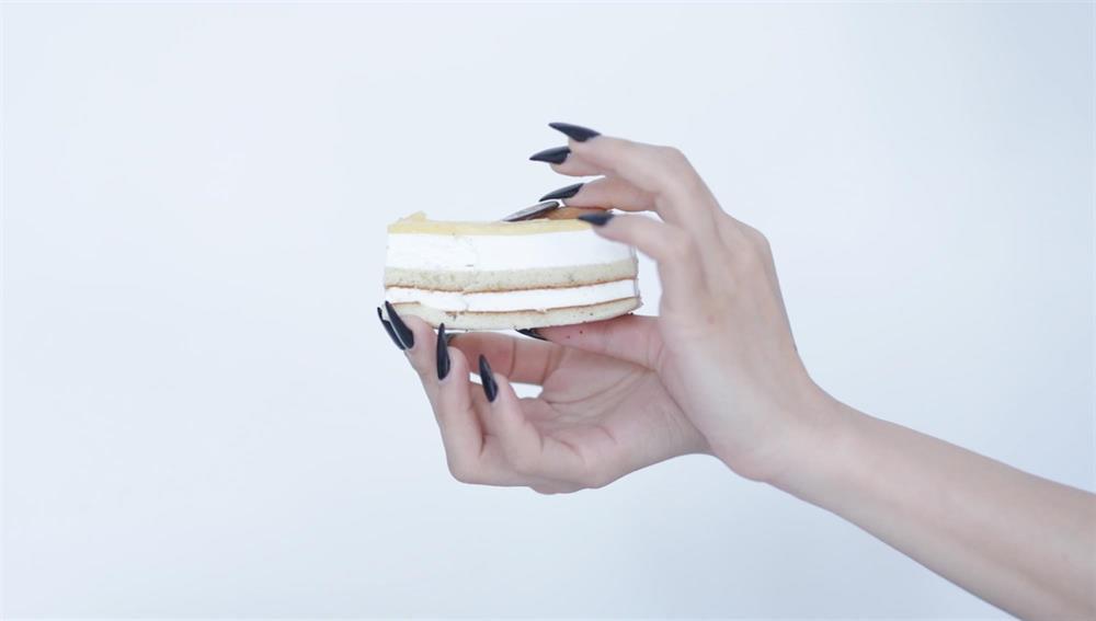 Mynd: Weixin Chong, Eating Cake, stilla úr vídeóverki, 2018.